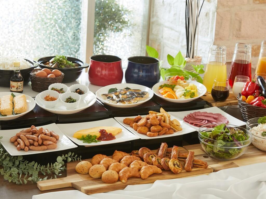朝食会場は1階レストラン「ル・ミストラル」<br>和洋食のバイキング形式でご用意しております