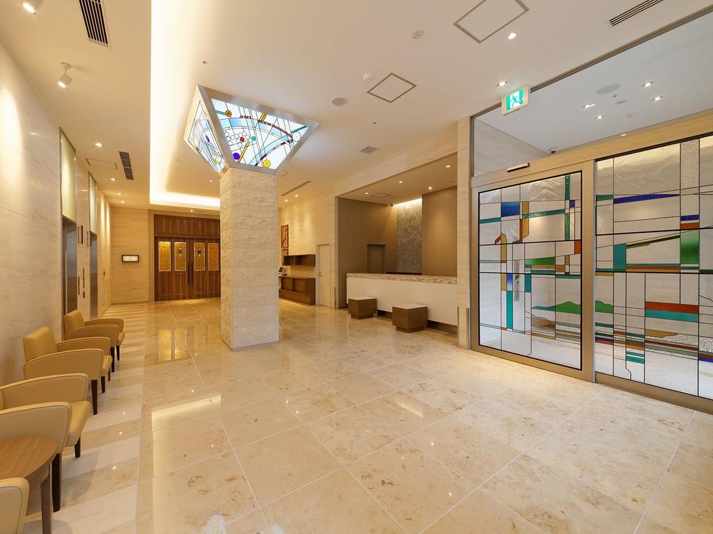 「現代の名工」村岡靖泰氏がデザイン、制作した<br>ステンドグラスが彩る、まるで美術館のようなロビー