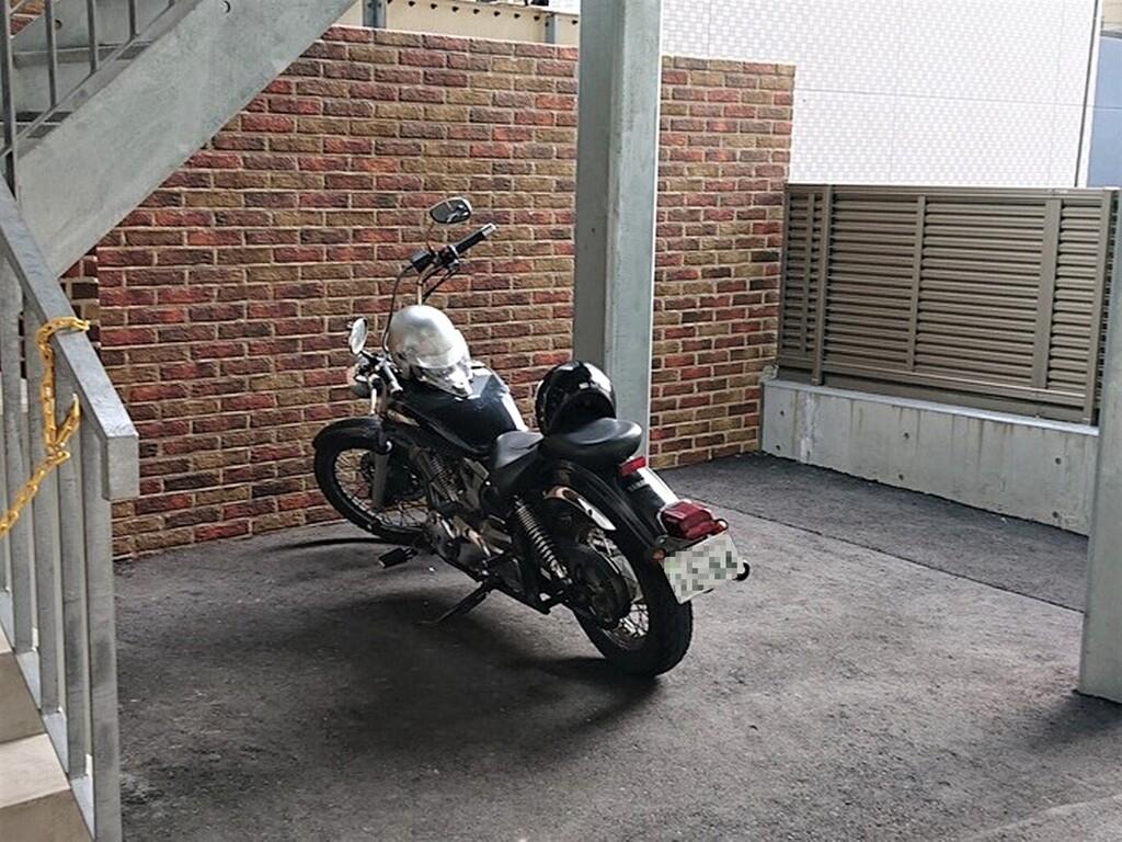 大型バイクも停められる、敷地内の駐輪場<br>バイクでのご旅行は、ぜひ当ホテルをご利用ください