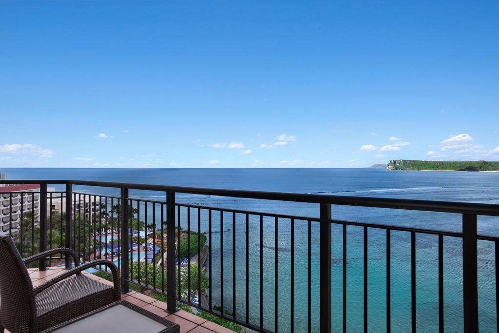 【プレミアタワースイート 眺望】3面の大きな窓から青く澄んだタモン湾を一望