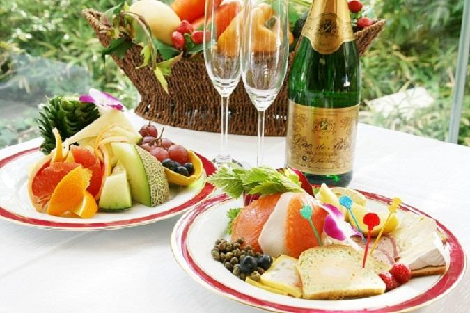 アニバーサリープランのルームサービス<br>メニュー オードブルセット または フルーツをチョイス!
