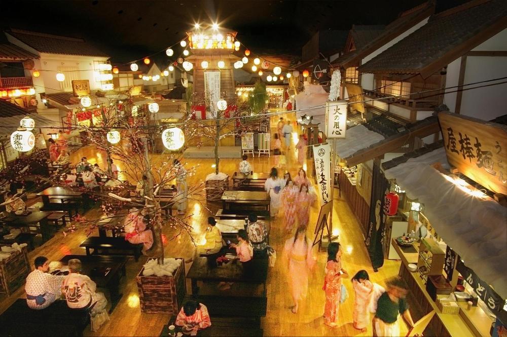 江戸の世界の広小路。館内は通行手形で精算が出来るため、お財布を持たずに飲食が可能です。