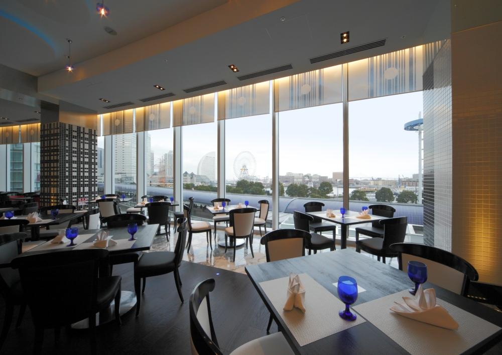 高さ3メートルを超えるガラス張りのレストラン<br>みなとみらいのパノラマを楽しめます。
