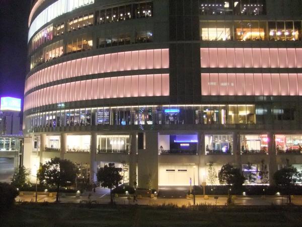 昼と夜は建物の雰囲気が変わります。