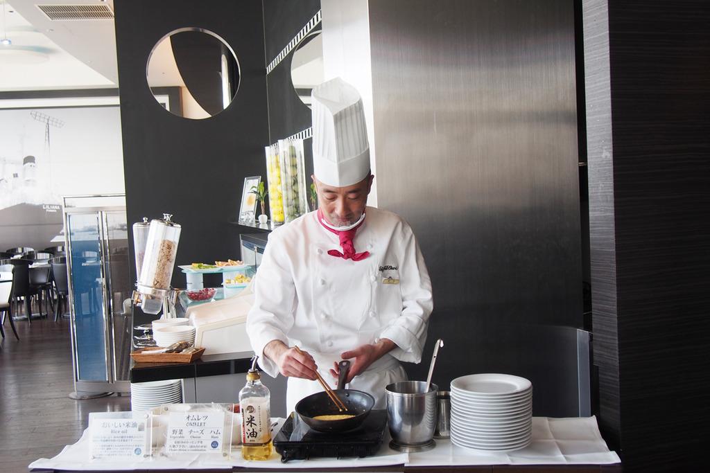 シェフがお客様ひとりひとりのお好みに合わせて作るオムレツは美味。