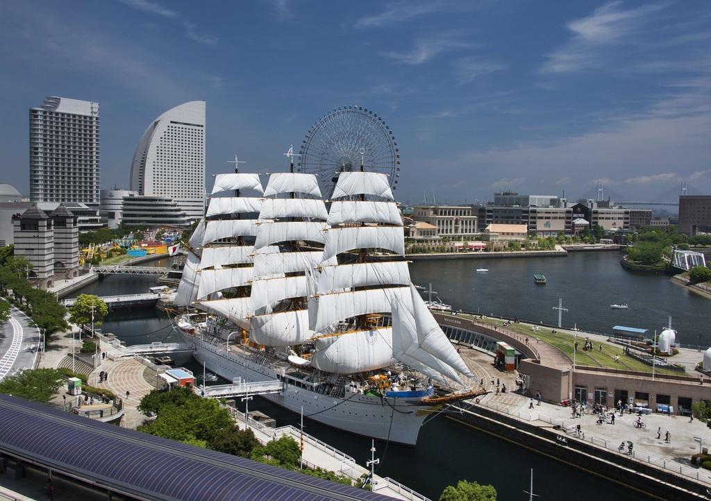 【日本丸 総帆展帆イメージ】帆船日本丸が最も美しく見える、29枚すべての帆をひろげる日です。