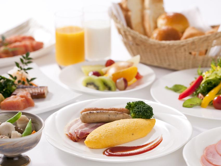朝日が明るく差し込む爽やかな雰囲気の中での朝食。レストラン「 ブルースター」