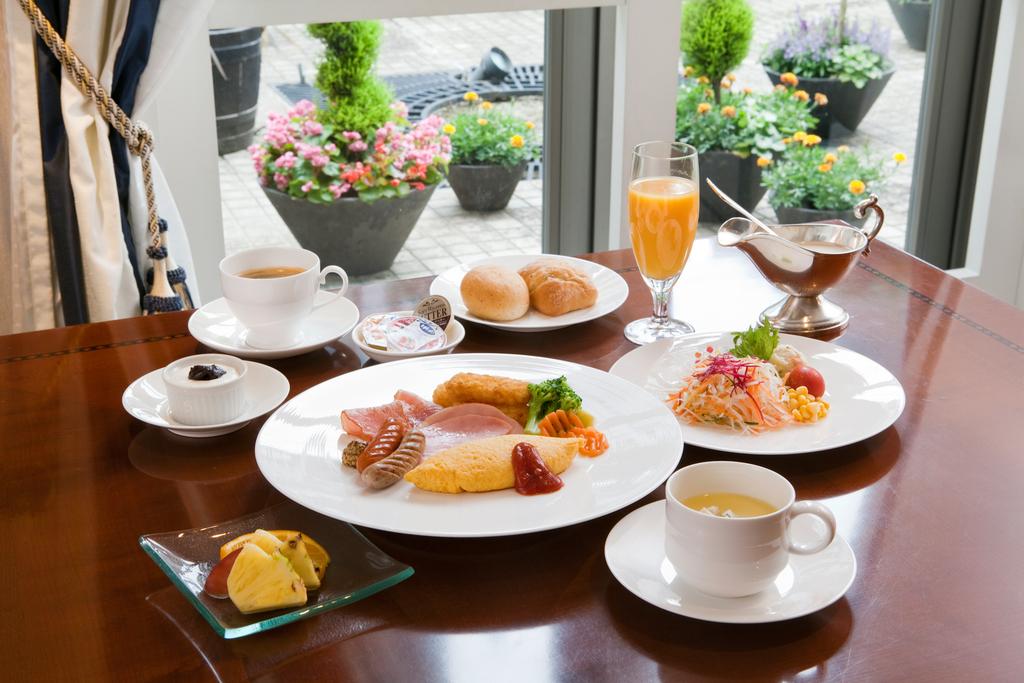 朝日が明るく差し込む爽やかな雰囲気の中での朝食。(月曜と火曜の朝食に限り、和食でのご提供)