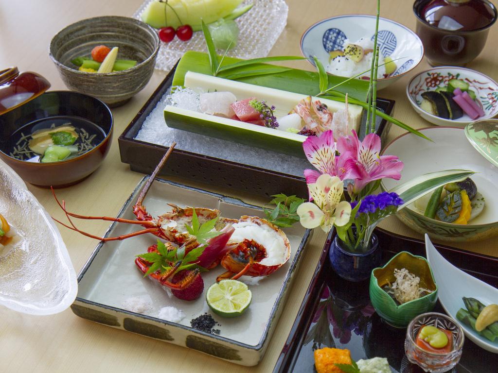 旬の鱧・鮎に加え、伊勢海老や夏野菜をふんだんに用いた京会席