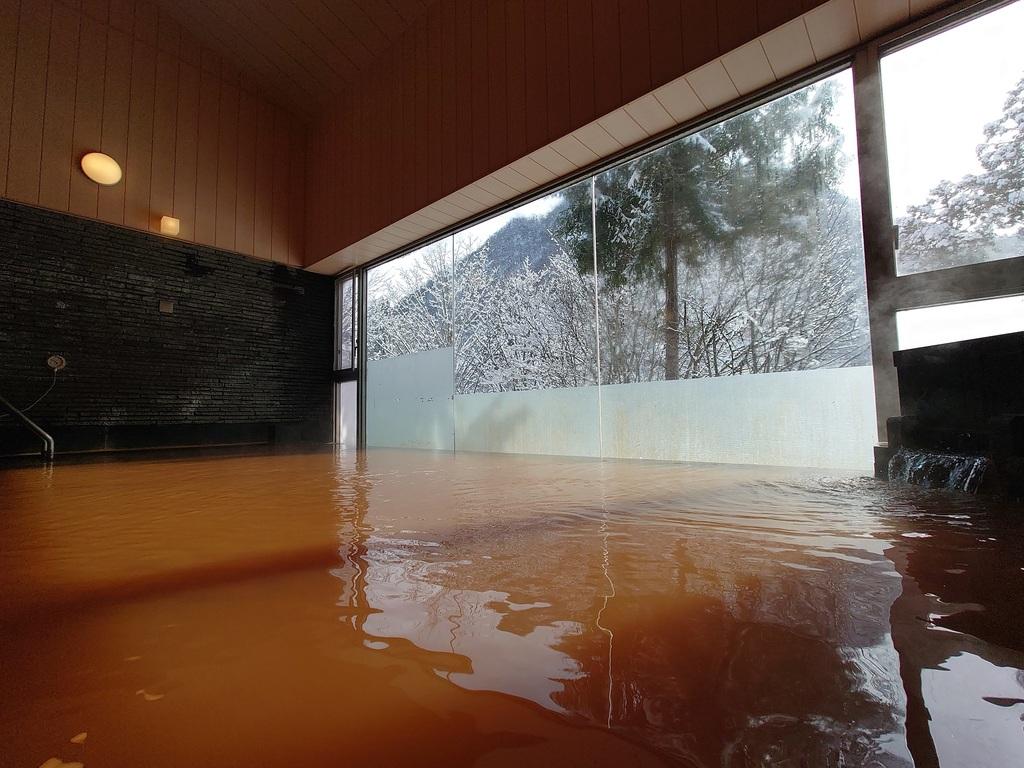 冬ならではの幻想的な大浴場からの風景