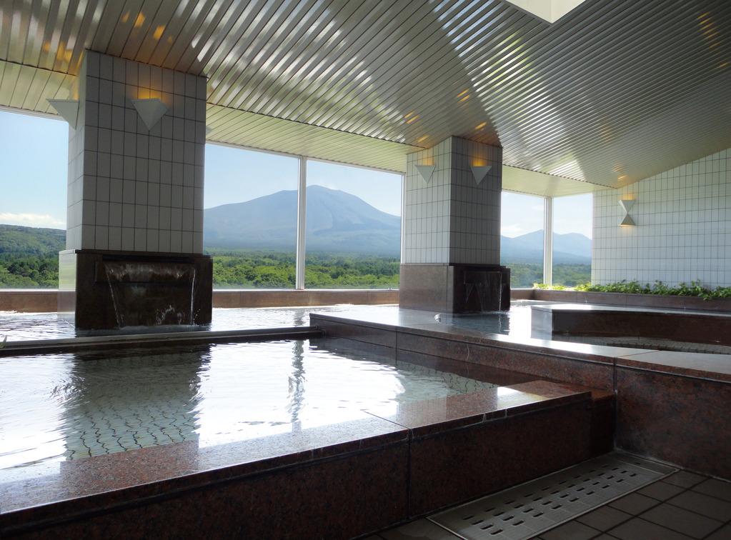 展望大浴場「シ・フォン」 13階・最上階にあり、お天気の良い日は 目の前に雄大な浅間山(2568m)がご覧になれます。