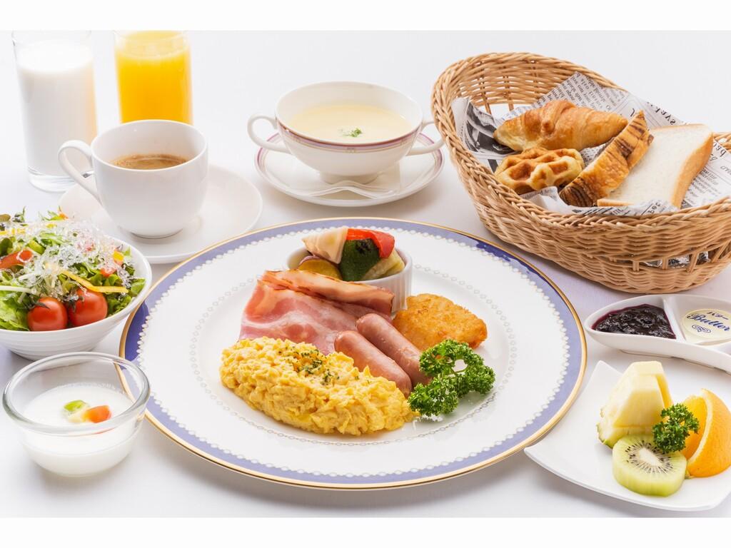 <洋朝食のイメージ>焼立パンのお代りは ご遠慮無くご用命ください。      繁忙日は朝食バイキングです。