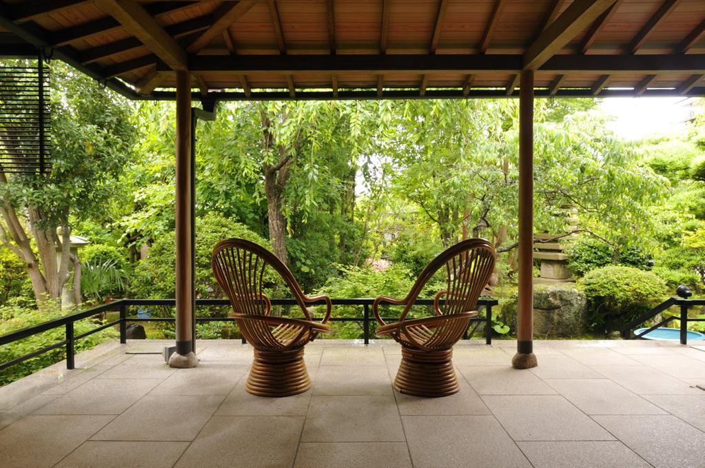 日本庭園を囲む回廊式の宿