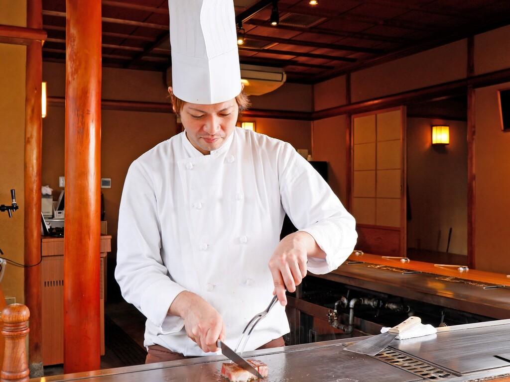 目の前で食材を焼き上げる、その料理人の華麗な手さばき♪※画像はイメージ