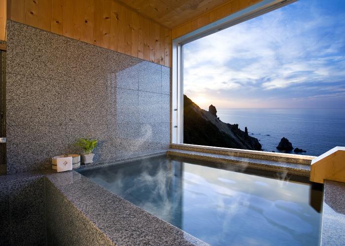 客室露天風呂から日本海の絶景を