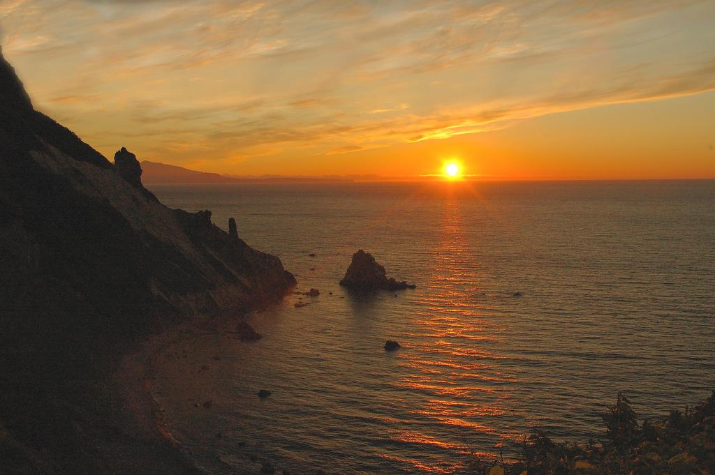 8月末頃までが夕日の季節でございます。