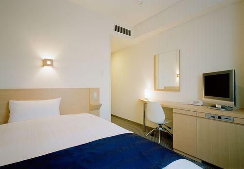 客室15�uの広さと幅140cmのセミダブルベットを標準で設置しております。
