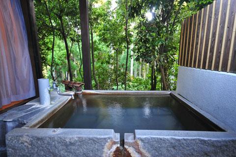 朝陽を浴びて青く変化する神秘的な温泉を森林浴と共にお楽しみ下さい。