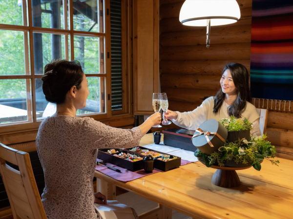 【お部屋食】〜ニドム特製 和洋二段重〜をゆったりお部屋でお召し上がりください。