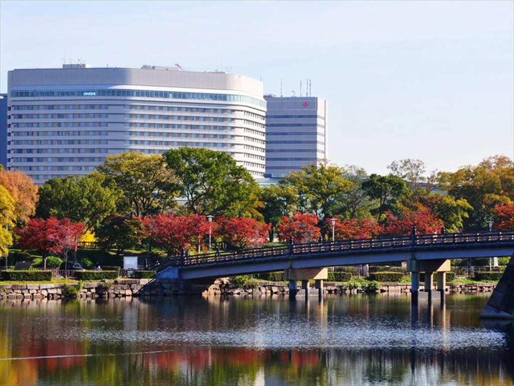 ホテル外観(秋)極楽橋と
