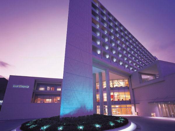 ホテル正面(夜)