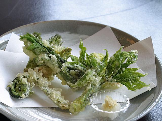 天然の山菜天ぷら