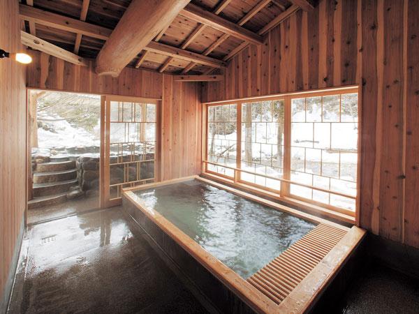 【山の湯 新湯内湯】化粧水のようなとろっとした湯触りの湯ご宿泊者の方は、無料で貸切風呂が利用可。
