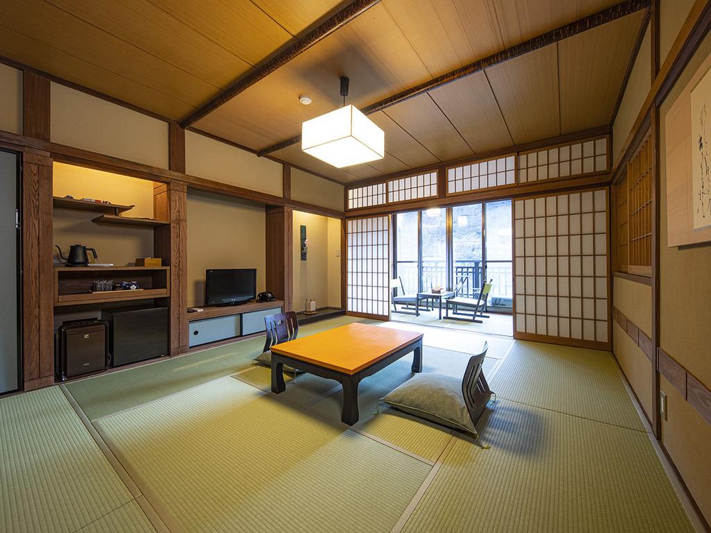 【テラス付和室-光・鶴-】 ゆったり広め、10畳のお部屋。渓流一望デッキテラス付き