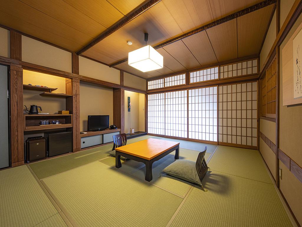 【テラス付和室-光・鶴-】 ゆったり広め、10畳のお部屋。渓流一望デッキテラス付き。