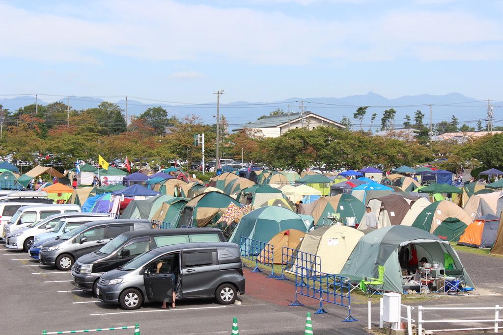 特設キャンプエリアと隣接駐車場