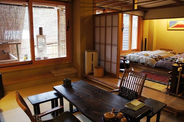 和室、ベッドが置かれた寝室とウッドテラスという構成。