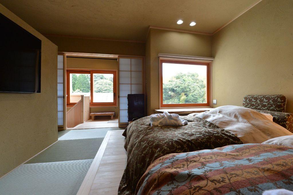 ベッドルームは大型TV設置のシアタールーム仕様