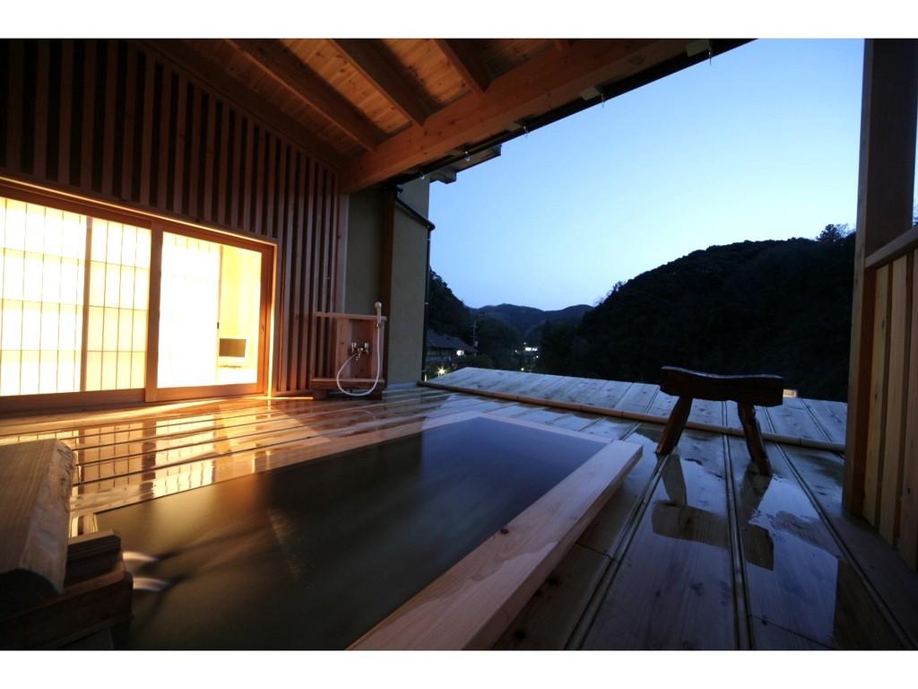 開ける眺望は、山間に広がる有福温泉街。