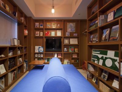 【ライブラリー】多くの本に囲まれた独特の雰囲気の客室