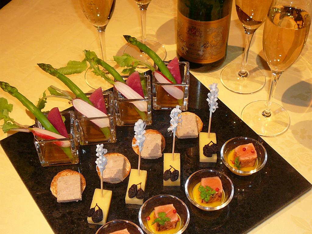 プラン特典でお届けするスパークリングワインとオードブル <イメージ写真>