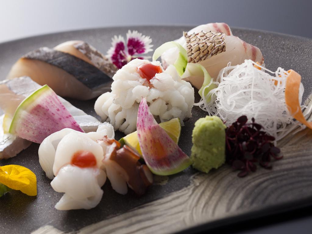 島の旬の食材にこだわった目にも鮮やかな「鱧と蛸の湯引き&旬魚のお造り」≪料理イメージ≫