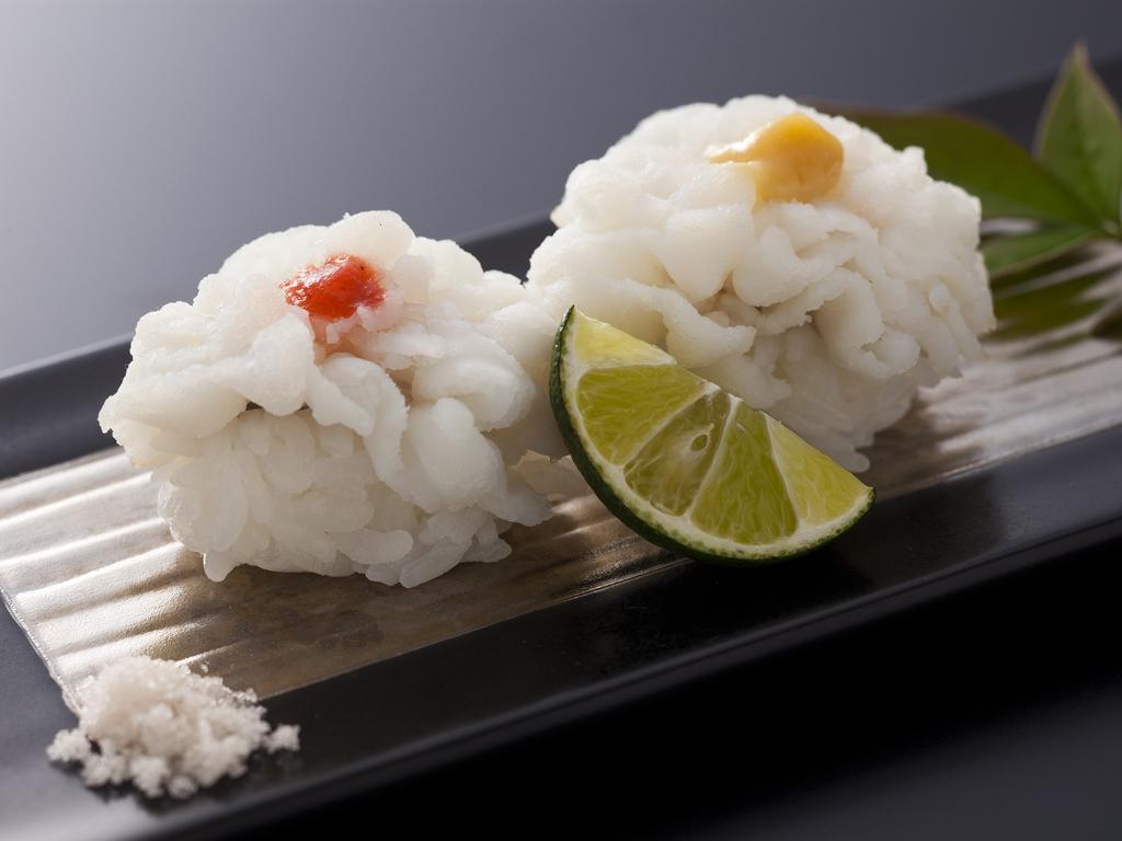 鱧寿司は素材そのものの味が楽しめるよう藻塩をかけて ≪料理イメージ≫