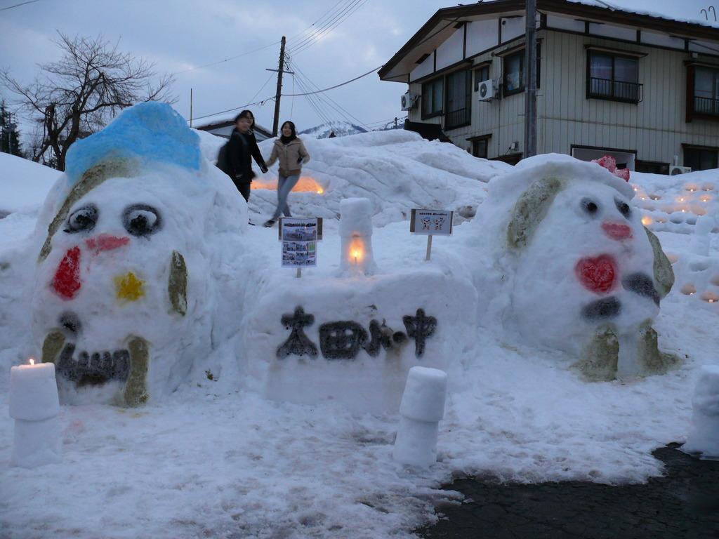 雪国の子供たちは自然と遊ぶ♪