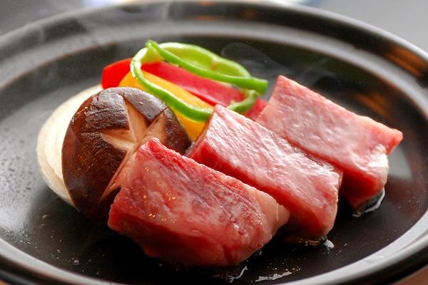 外はカリっと香ばしく、中はじゅわ〜っと肉汁があふれる『A4ランク伊万里牛』お肉も食べたい♪
