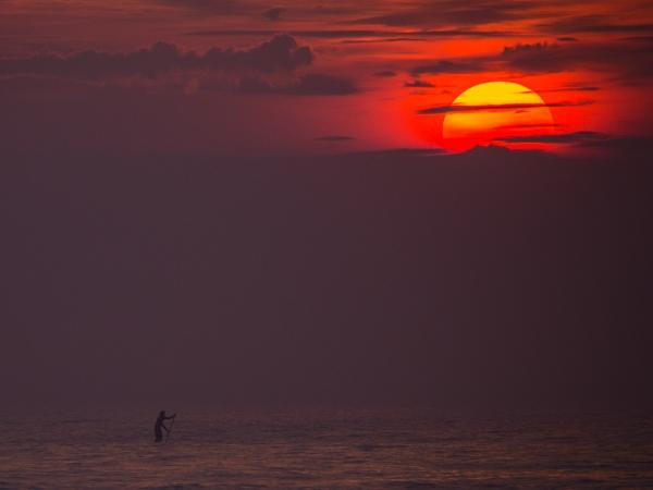 今話題のSUP(イメージ)。サーフボードで唐津の海を進んでいくワクワク体験。