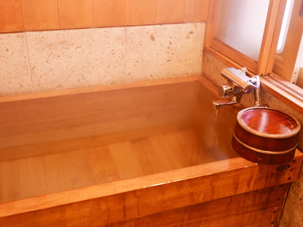 1階のお部屋には古代檜のお風呂がございます。