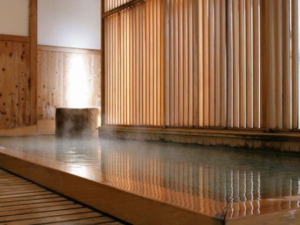 檜の香る大浴場内湯。肌ざわりのよい谷川温泉に何度も浸かる。