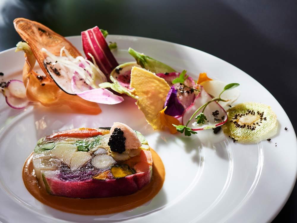 地元摂津の野菜を中心に30種類の素材を別々にプレス仕立てにした山口の代表的なお皿。