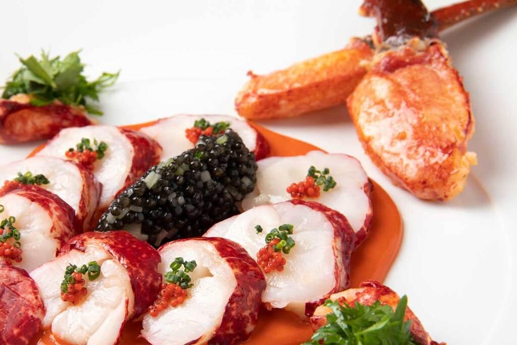 オマール ブルーのサラダ仕立て、粒つぶキュウリとキャビア添え 海老味噌のドレッシングソース シェフ ベルナール・ロワゾー