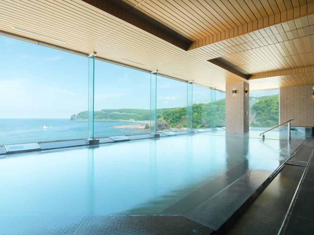 8階展望大浴場からオホーツク海を一望。