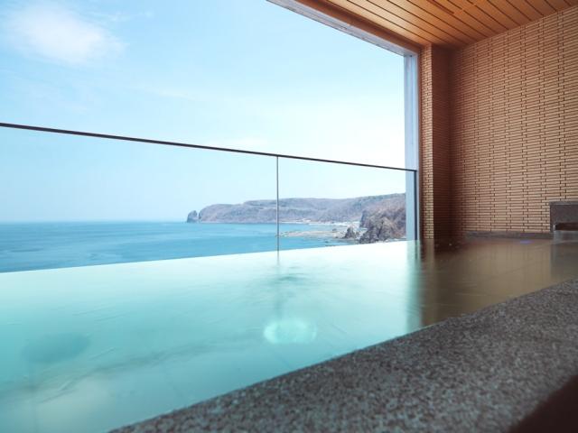 壁と天井が有り快適に知床の風景が楽しめる露天風呂「汐音(SION)」