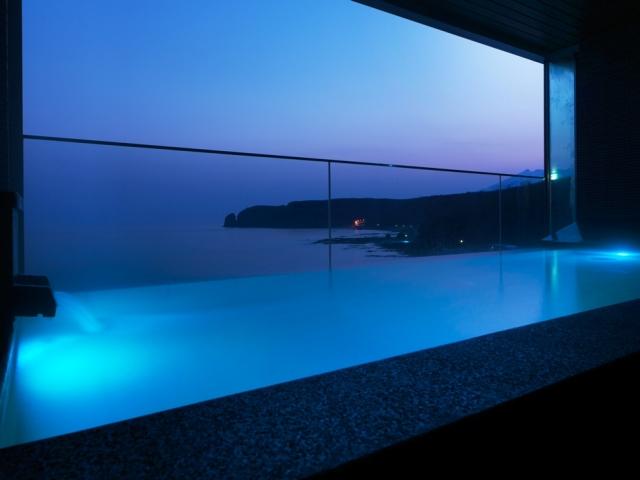 【大浴場】露天風呂「汐音(SION)」から眺める朝焼けの空。