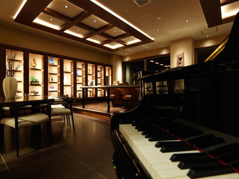 ピアノの音色が心地よいラウンジバー。