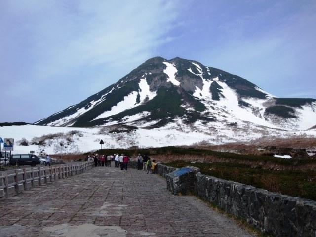 開通を待ちわびた知床峠頂上から間近に望む羅臼岳