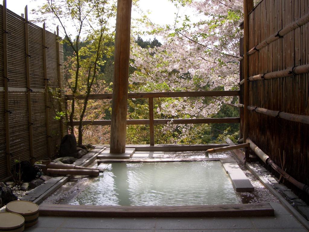 桜とにごり湯貸切露天風呂